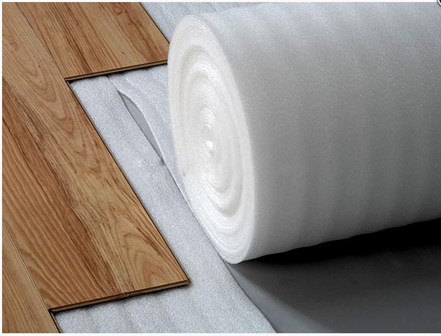 Trải lớp lót sàn sau khi xử lý xong bề mặt sàn
