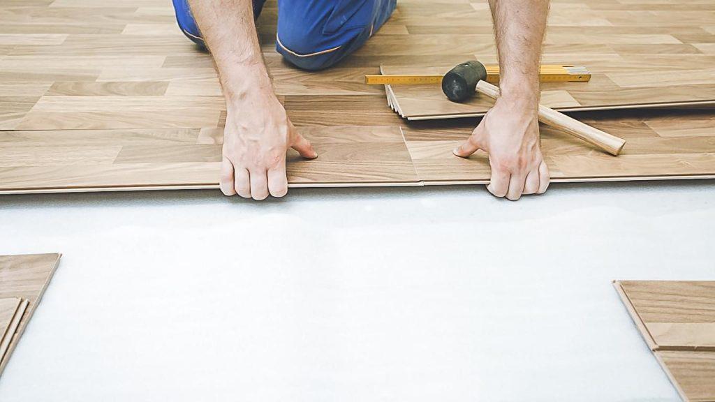 Lắp đặt các tấm ván gỗ công nghiệp theo thứ tự từ góc phòng ra ngoài