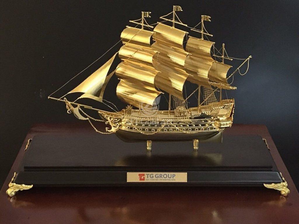 Trang trí phòng Giám đốc đẹp bằng thuyền vàng phong thủy tốt