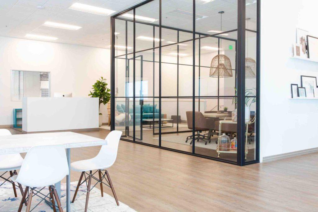 Kính được sử dụng trong thi công thiết kế văn phòng mang lại xu hướng hiện đại và mở rộng chiều sâu cho không gian